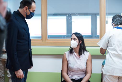 Alberto Cirio assiste a una vaccinazione - immagine d'archivio