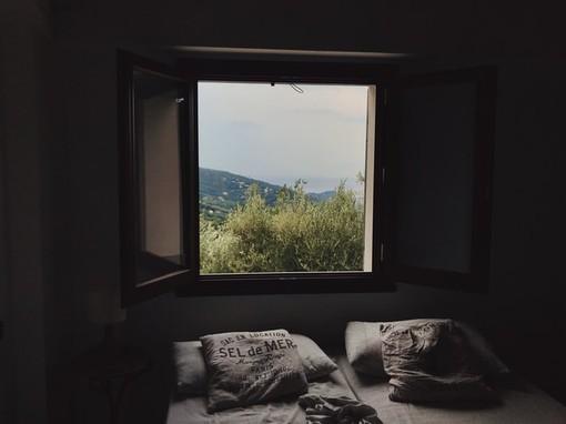 Finestra aperta con camera da letto