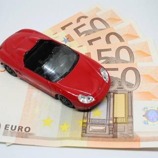 automobilina su banconote in euro