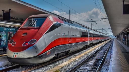 Treni, il Governo fa dietrofront: Speranza ripristina l'obbligo del distanziamento sui convogli
