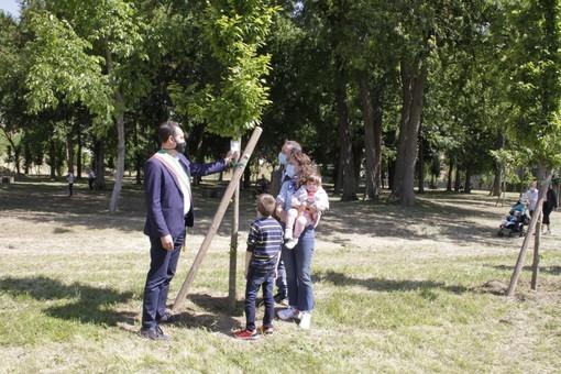 Sindaco di Grugliasco con altre persone ad Adotta un albero 2021