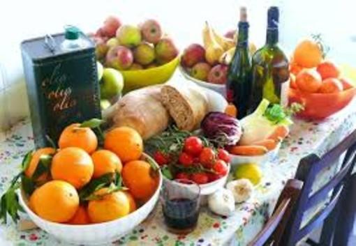 tavola imbandita con pietanze e cibo