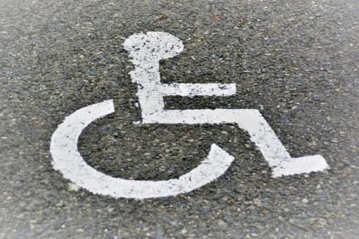 Il simbolo che distingue i parcheggi per disabili