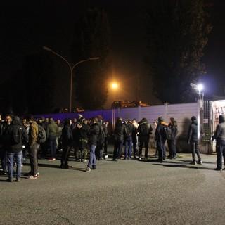 """Green Pass obbligatorio, a Torino lavoratori fuori dalle fabbriche: """"È un ricatto, abbiamo figli da sfamare"""" [FOTO e VIDEO]"""