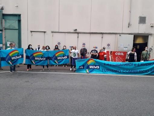 """Grugliasco, sciopero dei dipendenti del supermercato Carrefour a Le Gru: """"Manca l'aria condizionata"""""""