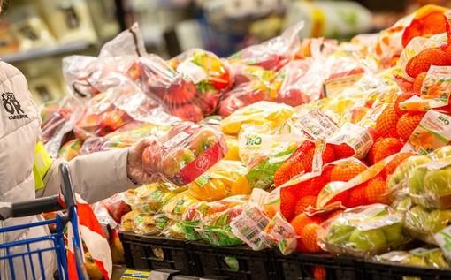 carrello della spesa e frutta