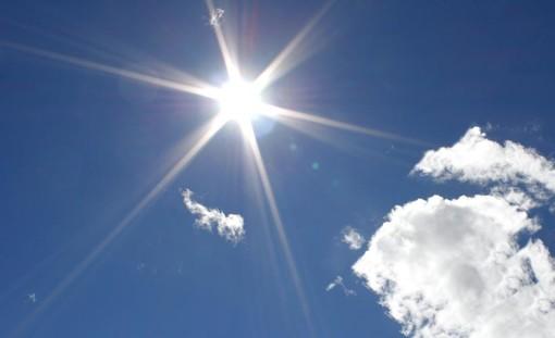 sole e poche nuvole