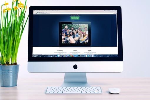 monitor di computer connesso al web