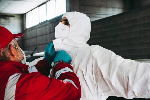 Vestizione di un infermiere con dpi anti Covid
